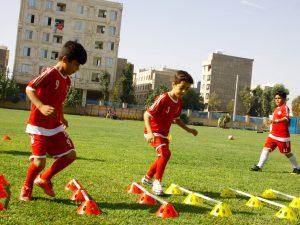 تمرین حمل توپ با بیرون پا و دویدن برای حفظ تعادل در حال دویدن